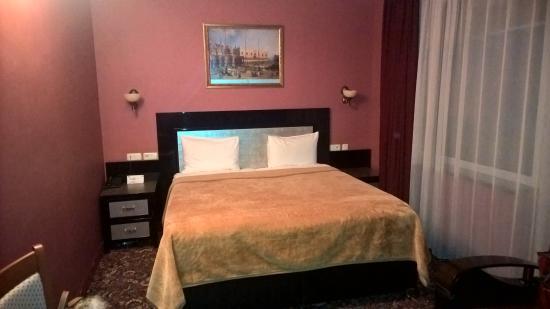Erebuni Hotel: Кровать номера