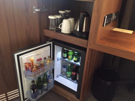 Mini bar plus coffee and tea picture of doubletree by for Mini coffee bar