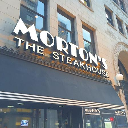 Morton's The Steakhouse - Chicago - Wacker Place: 混んでいない早い時間のステーキは、繁忙時間よりはるかに丁寧に焼かれていて旨いね。オイスターロックフェラーはアメリカのステーキハウスならではの御菜。