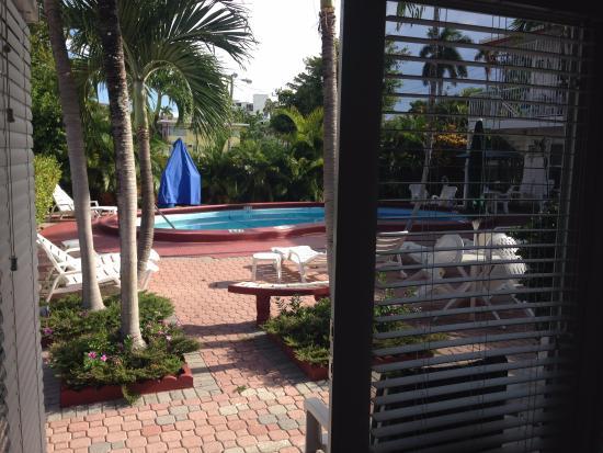 Birch Patio Motel: Ausblick Aus Dem Wohnbereich Auf Die Tetrasse Und Den  Pool