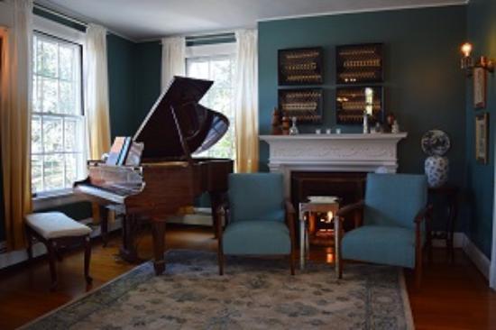 Applewood Manor Inn Bed & Breakfast: Music Parlor