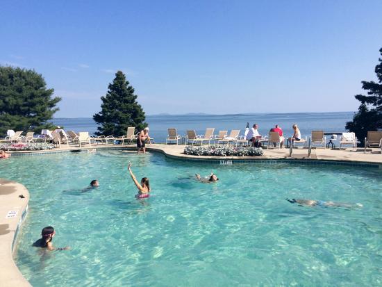 Holiday Inn Bar Harbor Regency: Pool looks like it is connected to the ocean