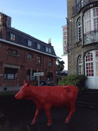 Monty Design Hotel: A red cow greets you on arrival