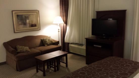 Staybridge Suites Rockford : sofa and tv