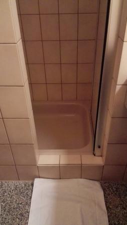 BEST WESTERN Waldhotel Eskeshof: In dieser Dusche kann MANN nur seitwärts einsteigen!
