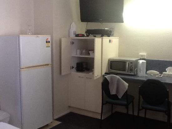 Acacia Motor Inn : Dishes, toaster microwave etc