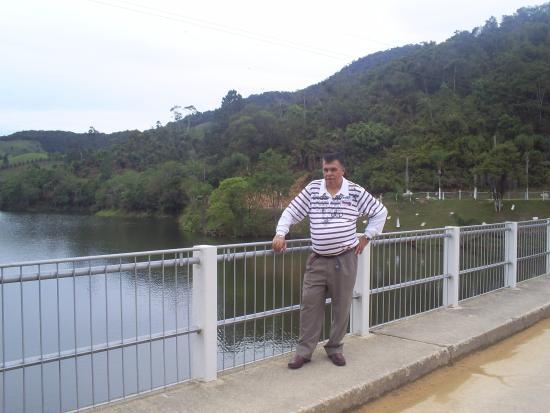 Mais uma vez  meu cunhado  fazendo pose  e levando  a  lembrança de mais um lindo lugar