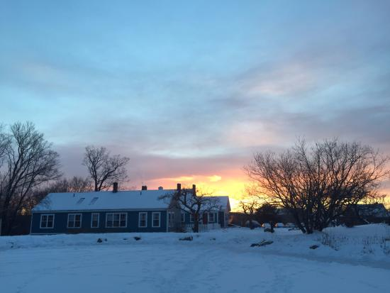 Blueberry Hill Inn: Approaching the inn from the sauna beyond the frozen pond.