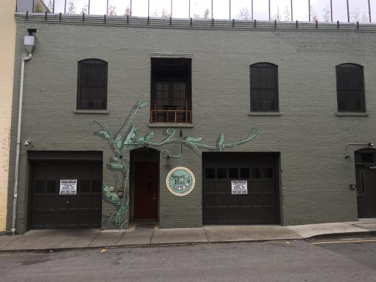 Sweet Peas Hostel: Front of Sweet Peas