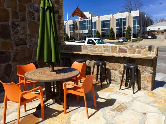 Jitterbug Coffeehouse: A nice sunny day in Heber Springs! Enjoy your food and drinks on the new rock patio! 😎👍