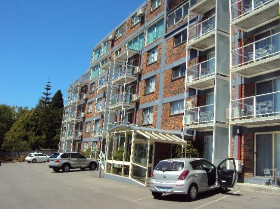 Adina Place City View Apartments: Entry porch from car park