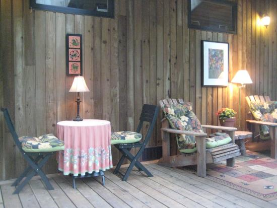 Hummingbird Hill Bed & Breakfast: Outdoor covered dining for Teahouse guests