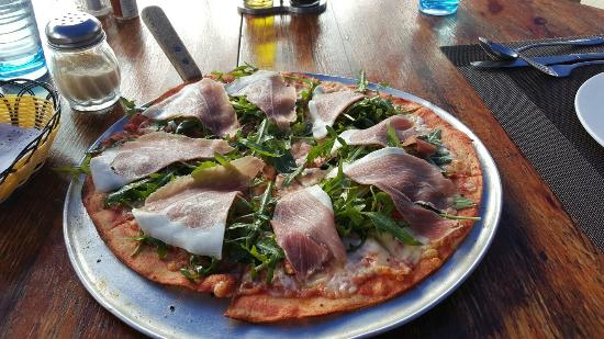 Luca: Parma ham, rucola and figs pizza
