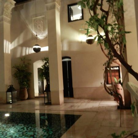 Riad Dixneuf La Ksour: Courtyard with pool with stairs leading to rooms