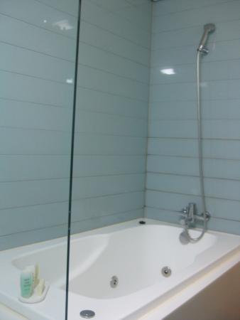 โรงแรมบลูเพิร์ล: ฝักบัวแบบยืนอาบน้ำในอ่างอาบน้ำ