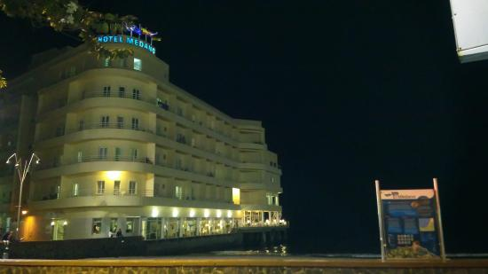 El Medano Hotel: The hotel from the square at night