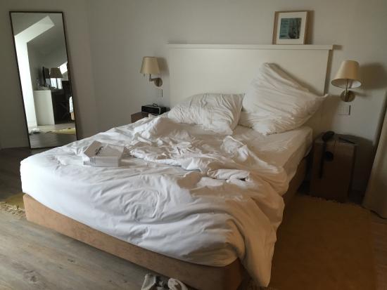 le grand lit super confortable avec des draps tout doux et pleins d 39 oreillers disposition. Black Bedroom Furniture Sets. Home Design Ideas