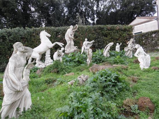 Statue nel giardino foto di villa medici accademia di - Statue giardino ...
