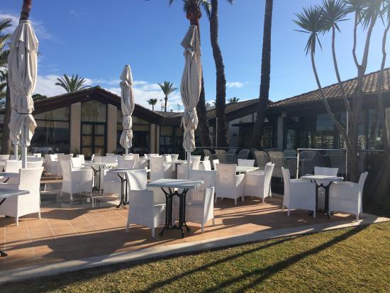 Botel Alcudiamar Hotel: Garden seating area