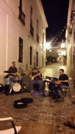 Da House Hotel: Jazz in the alley a block away
