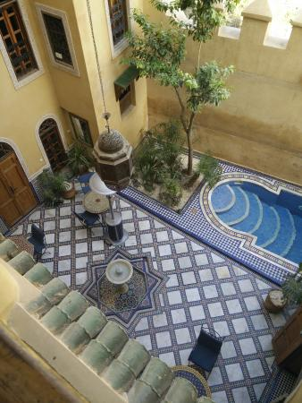 Riad Layalina Fez: Vue du balcon du patio où nous prenons le petit déjeuner