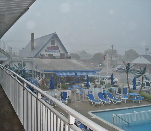 Tangiers Resort Motel: This is a photo from the balony about center of pool looking at the Doo Wop Coffee Shop.