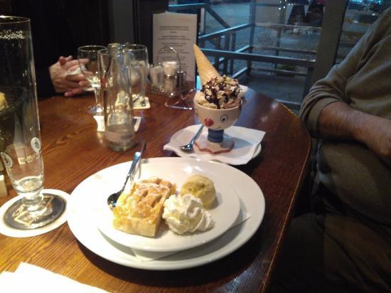 Berlinchen, Deutschland: strudel con gelato e panna e coppa gelato