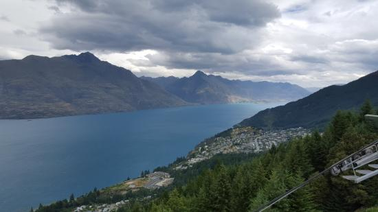 Queenstown, Nowa Zelandia: Looking across the lake from the top