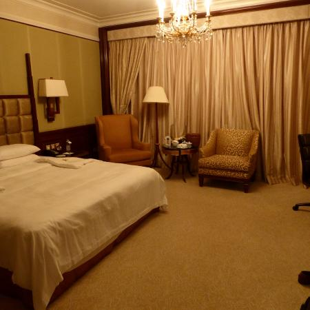 Island Shangri-La Hong Kong: A desk and wardrobe were out of view to the right