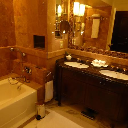 Island Shangri-La Hong Kong: A wonderful walk-in shower was to the right