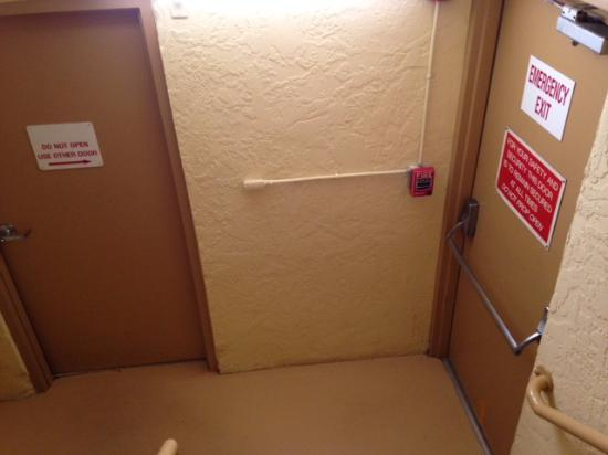 Holiday Inn Express Cape Coral/Fort Myers Area: Twilight zone. :-) Use the Emergency Exit. - no alarm.