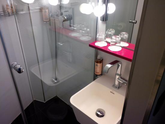 Hotel La Parizienne By Elegancia: Micro Badezimmer