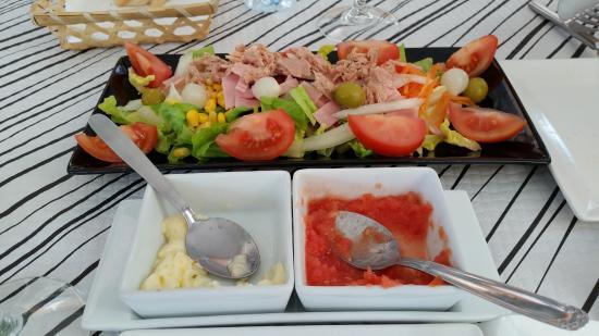 Ensalada, pan, alioli y tomate del menú de mediodía.