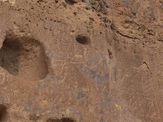 Espanola, Nowy Meksyk: Pictograph on right of large hole (man holding a heart with boring criss inside)