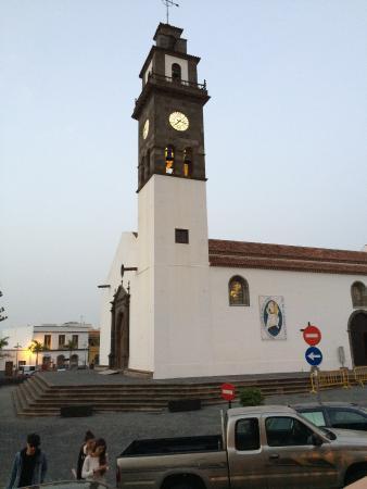 Buenavista del Norte, Spain: Kirche mit beleuchteter Uhr