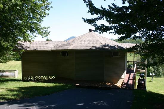 Entrance - 2's Company Farm Creek Cabins Photo