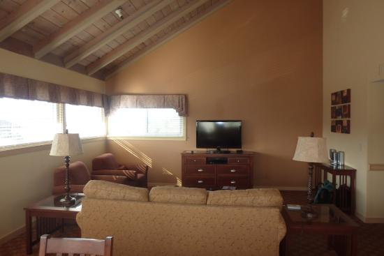 Pacific Grove Plaza : living room with windows