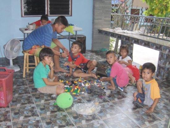 Bang Rachan, Thailand: Guests and local children play well together