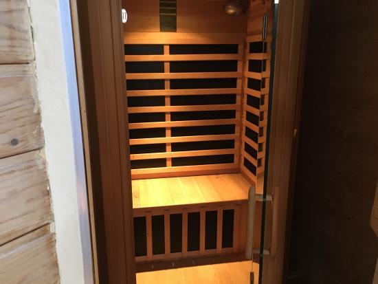 Salle de bain avec sauna et baignoire jacuzzi chambre cap for Salle de bain avec jacuzzi et douche