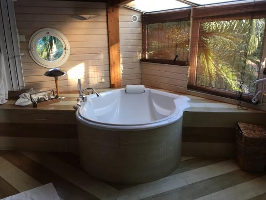 salle de bain avec sauna et baignoire jacuzzi chambre cap saint tropez picture of villa la. Black Bedroom Furniture Sets. Home Design Ideas