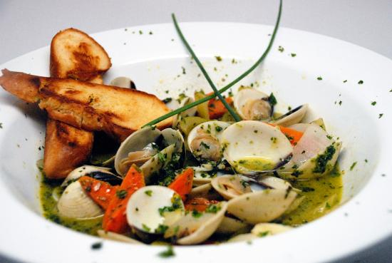 Buccaneer Restaurant: Steamed Manila Clams in white wine sauce