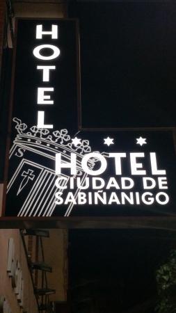 Hotel Ciudad de Sabinanigo: Cartel del hotel