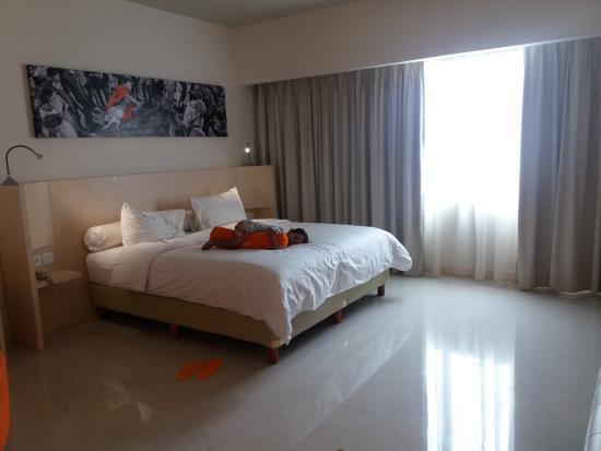 kamar hotel yg luas dan ada guling di tiap kamar picture of harris rh tripadvisor ca