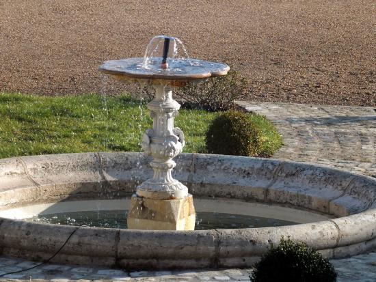 Mosnes, Francia: La fontaine de la cour d'honneur