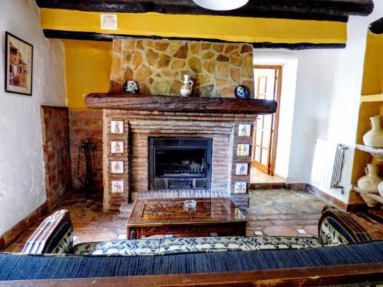 Casas Rurales Los Algarrobales: Chimenea de leña - El Cortijo