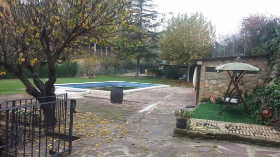 Province of Alava, Ισπανία: Zona de jardín con piscina y barbacoa