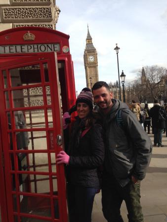Londres, UK : Foto realizada durante el tour en la clásica cabina telefónica londinense