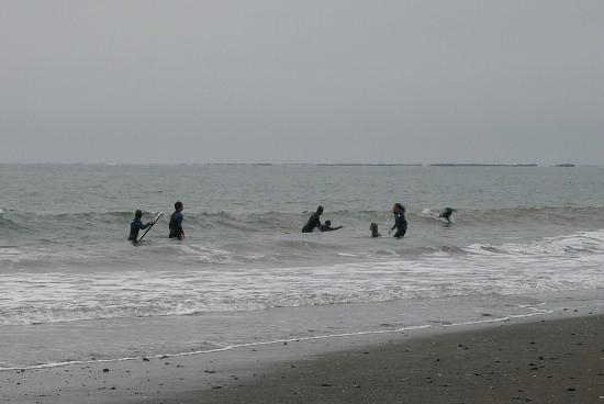 Bolinas Beach: surfers