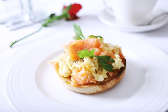 Girton, UK: Salmon muffin