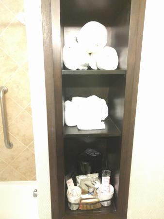 Denison, TX: Towels and Coffee in the bathroom